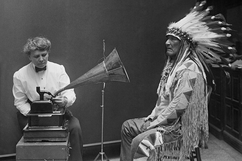 Etnomuzikolog F. Densmor snima poglavicu plemena Crno stopalo, 1916 godina